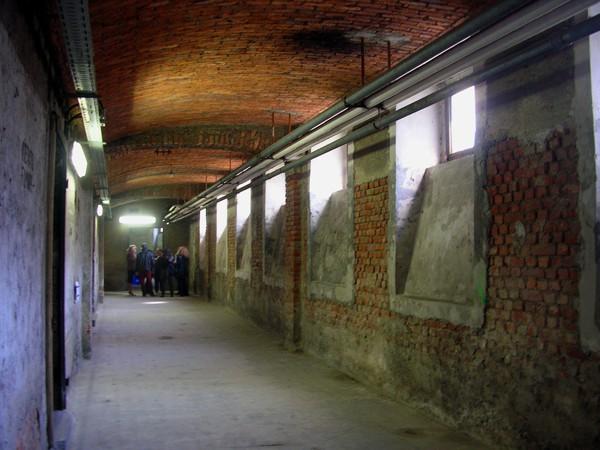 Uno dei corridoi del rifugio n.87, ricovero antiaereo della II Guerra Mondiale, visitabile a Milano.