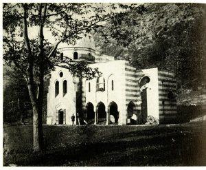 Villa De Vecchi. La casa del custode dagli elementi orientaleggianti, in una foto d'epoca.
