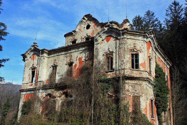 Villa De Vecchi nel Febbraio 2011. Sono evidenti i numerosi parafulmini. (Foto: V. Di Domenico)