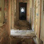Villa De Vecchi. Uno dei corridoi al piano terra, con una voragine nel pavimento.