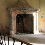 Villa De Vecchi. Il salone come era nel 2011, con i resti del camino decorato.