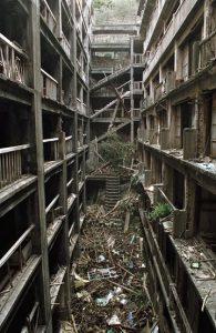 Isola di Hashima - edifici abbandonati e scale